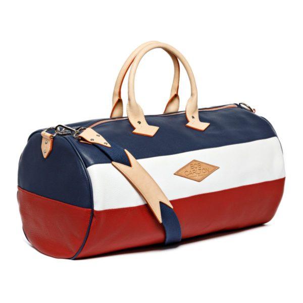 Sac de voyage cuir grainé couleur bleu-marine, blanc et rouge, vue bandoulière